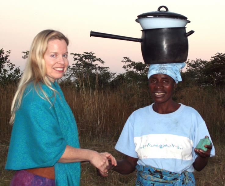 oona mcouat, www.oonamcouat.com, zimbabwe, women, seke, masango, one world, one heart beating, pot on head, cultural exchange, africaa